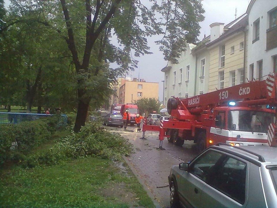 V českobudějovické třídě Čsl. legií spadla za bouřky ze stromu obrovská větev, která poničila i zaparkované auto.
