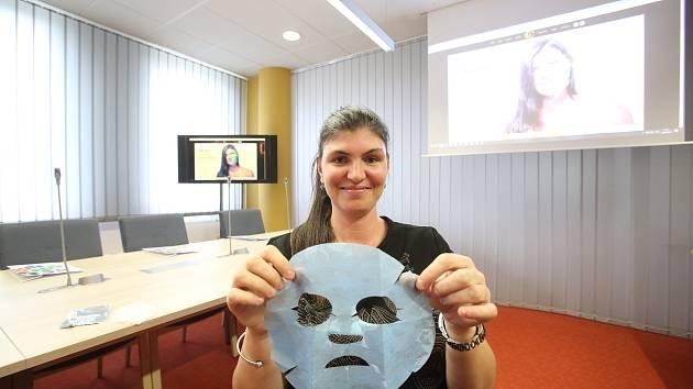 Na modelce Šárce Mrázové předvádí pleťovou masku spoluautorka patentu Liliana Berezkinová.