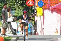 I přes nepříliš vhodně vyřešený obrubník si cyklisté v Českých Budějovicích oblíbili stezku, která vede po Zátkově nábřeží od Jihočeského divadla k Biskupské ulici. Několik desítek metrů dlouhá cyklostezka totiž spojuje cesty vedoucí okolo Malše a Vltavy.