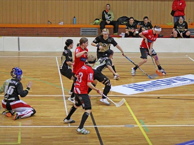 V AKCI. Eva Staňková (v tmavém dresu s bílou čelenkou) vstřelila v zápase s Olomoucí jednu ze tří branek svého týmu. V extralize se trefila již podruhé.
