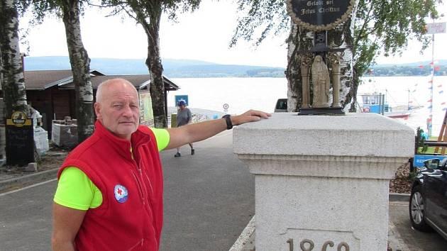 Nedaleko přívozu v Dolní Vltavici stojí od roku 2003 misijní kříž vylovený potápěči vodní záchranné služby pod vedením Milana Bukáčka (na snímku).