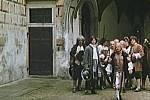 V popředí stojí v davu na třetím nádvoří krumlovského zámku komparzista Miroslav Mojha.