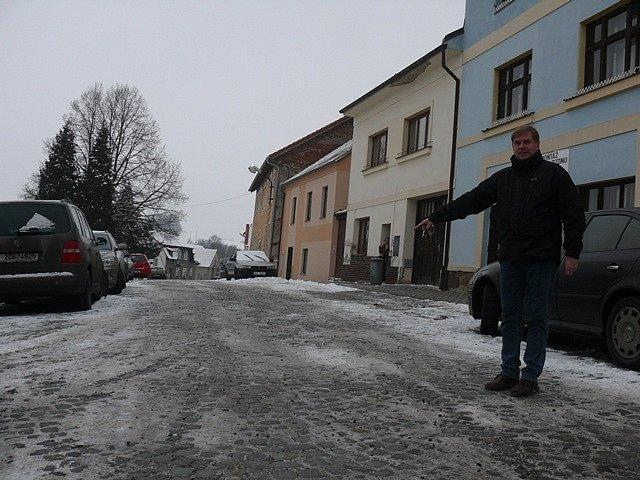 Ředitel jistebnické základní školy Dušan Petržel ukazuje místo na náměstí, kde ve filmu stávaly kolotoč a houpačky. Právě sem před devětadvaceti lety vodil školní děti jako komparz pro natáčení.