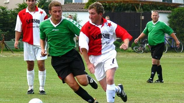 Ladislav Šafrata na snímku z předminulé sezony z utkání  Slavie v Mladém se snaží uniknout Karlu Tondrovi.
