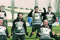 Třeboňská radost byla v neděli před polednem oprávněná. Fotbalisté z lázeňského města se po třech gólech v minulém kole v Jankově nyní trefili čtyřikrát do sítě Strakonic.