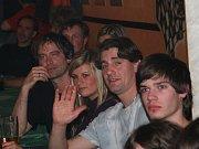 Prachatický Bikers Bar byl v neděli večer plný hokejových fanoušků.