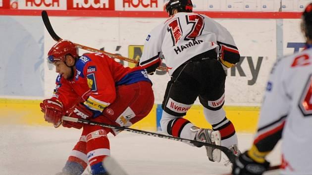 Autor vítězného gólu v utkání se Znojmem Petr Gřegořek se snaží zastavit znojemského Hamana.
