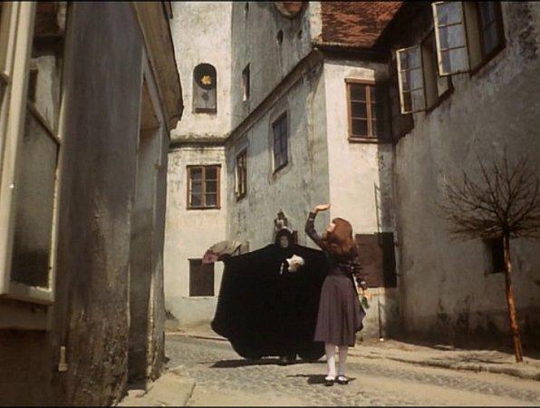 Scéna zNádražní ulice ve Slavonicích. Upír Tchoř se chystá přepadnout Valerii.