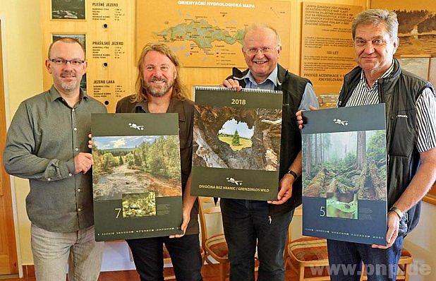 Prezentují kalendář národních parků.