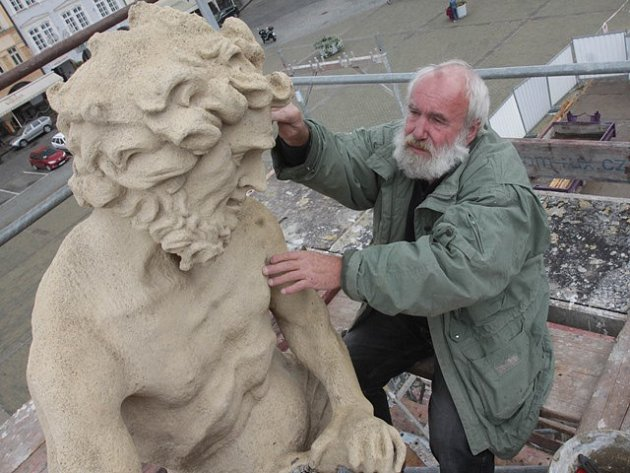Restaurátoři Ivan Tlášek a Vladimír Krnínský strávili zhruba týden péčí o Samsonovu kašnu na českobudějovickém náměstí.