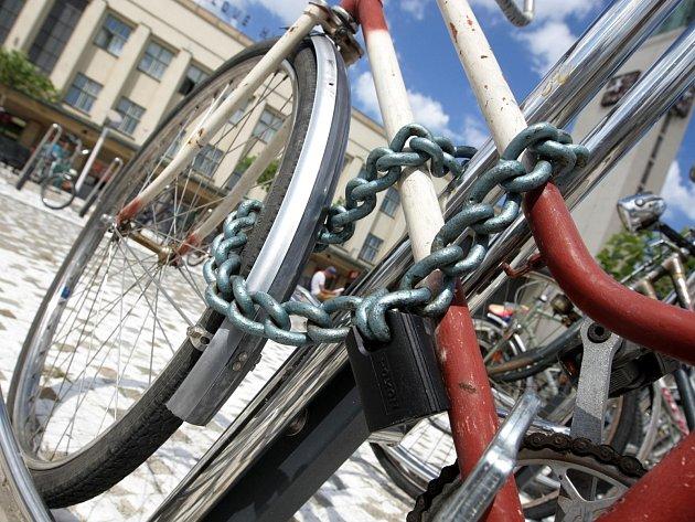 Na zabezpečení bicyklů se nevyplácí šetřit. V Budějovicích mají zloději kol žně.