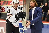 Kapitán hokejistů Amuru Chabarovsk Maxim Kondratěv přebírá trofej za prvenství v premiérovém ročníku Motor Cupu z rukou prezidenta pořádajícího klubu Romana Turka.