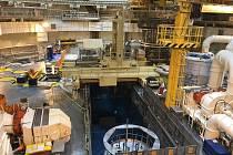 Necelé čtyři dny trvalo vyvážení paliva z reaktoru do vedlešjího bazénu.