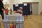 V prvním volebním okrsku v Nových Hradech je celkem 804 voličů a účast je zatím kolem 40 procent, stejná jako při loňských parlamentních volbách.