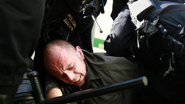 Při protiromském shromáždění na českobudějovickém sídlišti Máj zadrželi policisté 13. července dvě až tři desítky radikálů, kteří sídliště navzdory policejním výzvám odmítali opustit.