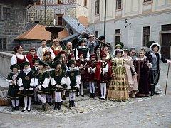 Čtyři stovky dětí prošly flétnovým souborem Krumlovští pištci. S flétnami v kostýmech budují atmosféru.