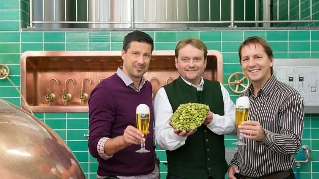 Sládek Baumgartnerů Moritz (uprostřed) s řediteli společnosti.