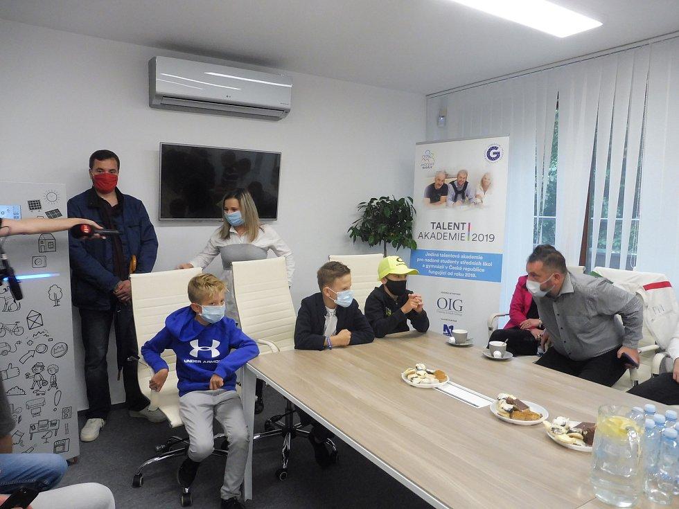 Projekt  Kino na baterky byl zakončen předáváním šeků talentovaným dětem.