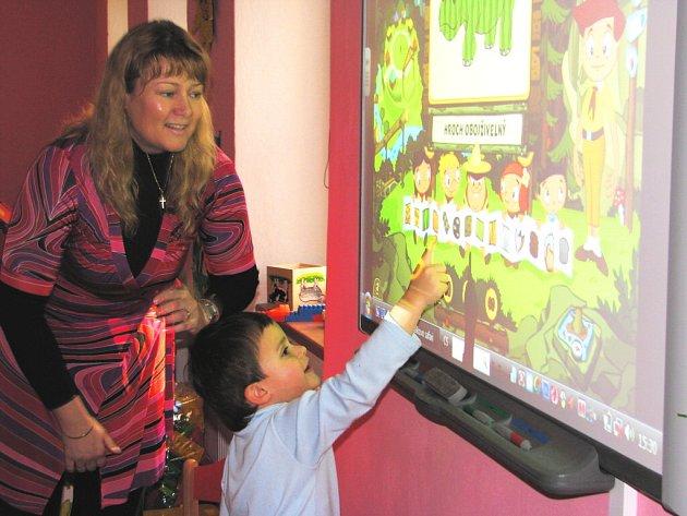 Hru i spoustu poučení nabízí novohradským dětem moderní pomůcka. Třebaže se předškoláci i učitelky s novinkou teprve seznamují, rozhodně se techniky nebojí.