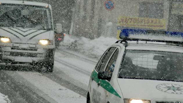 Sníh na silnici je častým důvodem dopravních nehod. Řidiči by proto neměli otálet s výměnou pneumatik.