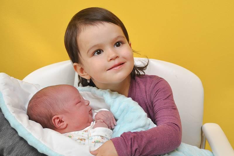 Vít Šumpela ze Strakonic. Syn rodičů Heleny a Lubomíra Šumpelovýchpřišel na svět 21.9.2021 v 21.24 hodin. Jeho porodní váha byla 4280 g. Na brášku se doma těšila Anička (2).Foto: Ivana Řandová
