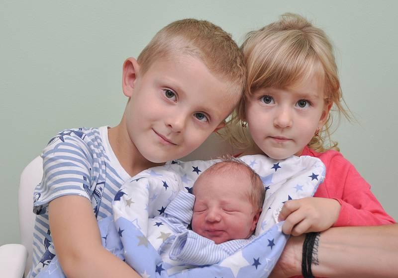 Antonín Maroušek z Vimperku. Rodiče Jana a Petr přivítali 18.9. 2021 v 14.48 hodin svého syna. Při narození vážil 2880 g. Na malého brášku doma čekali sourozenci Péťa (5) a Nelinka (3).Foto: Ivana Řandová