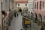 Záběr ze seriálu Stříbrná paruka. Březanova ulice v Třeboni.