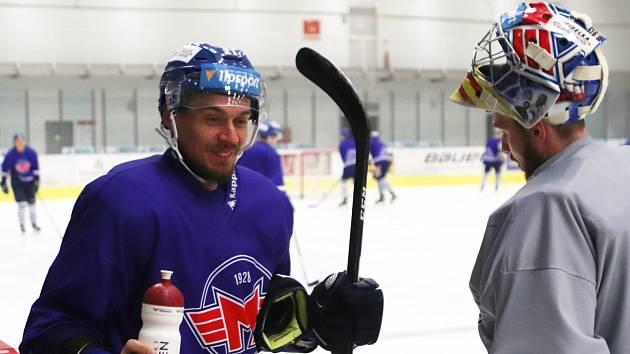 Hokejisté Motoru už si zase užívají led na druhé ploše Budvar arény. Na snímku se občerstvují navrátilec Roman Vráblík (vlevo) spolu s gólmanem Janem Strmeněm.