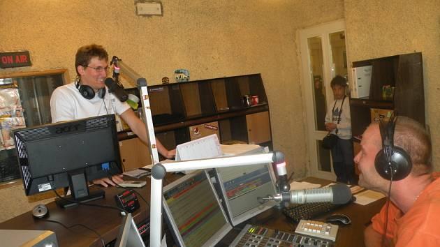 Vojtěch Zach přijal pozvání Martina Řepy do živého vysílání Hitrádia Faktor.