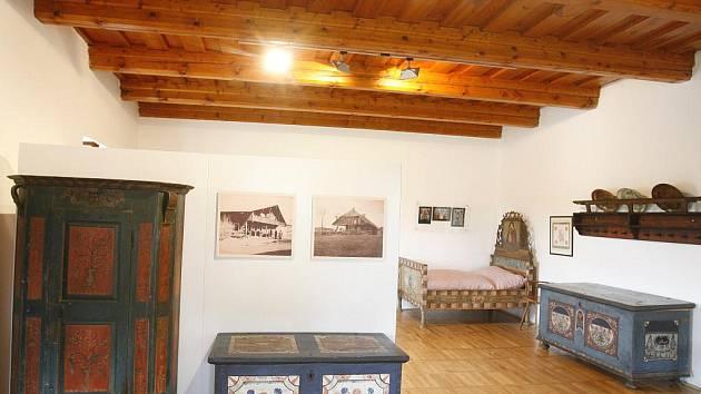 Jihočeské muzeum zmodernizovalo svou expozici v gotické tvrzi Žumberk u Nových Hradů. Expozice nově doplnily ukázky kresebné dokumentace motivů malovaného nábytku v Pošumaví, která vznikla ve 30. letech 20. století.