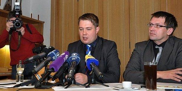 Hejtman Adam, vpravo jeho mluvčí Langer.