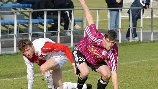 Michal Mašát (vpravo) v sobotním utkání III. ligy mezi béčky Dynama a Slavie (2:1) bojuje o míč se slávistou Petrem Marešem.