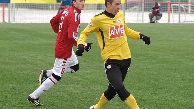 Petra Benáta v zápase Dynama se Žižkovem stíhá žižkovský Houžvička.