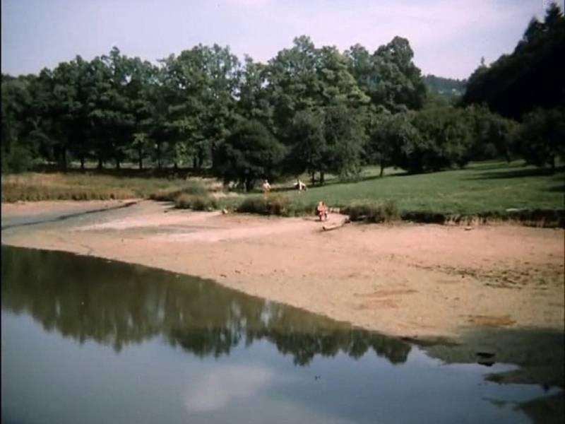 Tato scéna vznikla u rybníka. Možná je to Hánovec v Písku. Velký, či Malý? Ze záběru se to nedá poznat.