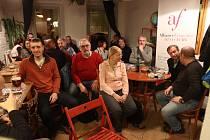 V  Měsíci ve dne, českobudějovické literární kavárně, se konají přednášky a jiné literární akce často.