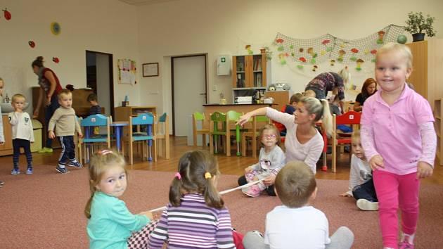 Další třída mateřské školy v Dubném se od 1. října naplnila dětmi. Díky přestavbě se kapacita celé mateřinky zvýšila o 28 dětí.