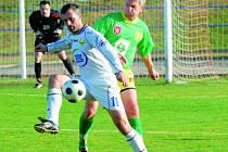 Zkušený Pavel Babka v nedělním derby v Milevsku bojuje o míč s domácím Masopustem: fotbalisté prachatického Tatranu uhráli v Milevsku remízu 0:0 a stále drží post lídra.