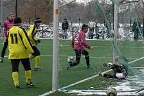 Na hlubocké umělce dorost nastupoval i během zimní přípravy: na snímku v duelu s SK Čtyři Dvory při Hlubocké lize.