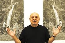 Jednou částí výstavy Akce a fotografie v Domě umění jsou nepravé asymetrie fotografií Josefa Kroutvora a Tomáše Vlčka u vodopádu v Terčině údolí u Nových Hradů (1969).