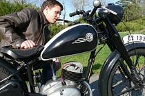 Na sobotní testace se vydal i Michal Hojda se svým čerstvě zrenovovaným motocyklem ČZ 150 C.