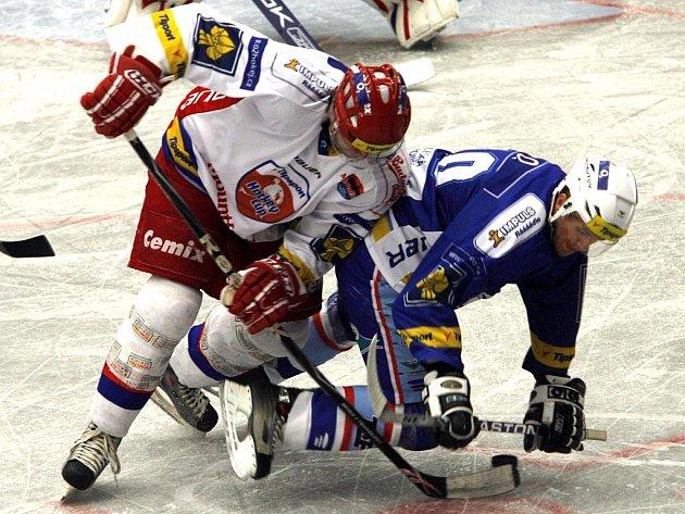 Českobudějovický útočník Ivan Huml (vlevo) v úterním přípravném hokeji Mountfieldu s Chomutovem v Budvar aréně bojuje o puk s hostujícím Charouskem.