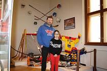 V Českých Budějovicích je do 30. dubna přístupná v Jihočeském muzeu výstava o hokeji ve městě. Na snímku Zdeněk Klíma s dcerou Amálkou.