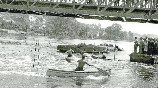 Kanoistika. Závody ve slalomu pod železným mostem roku 1953.