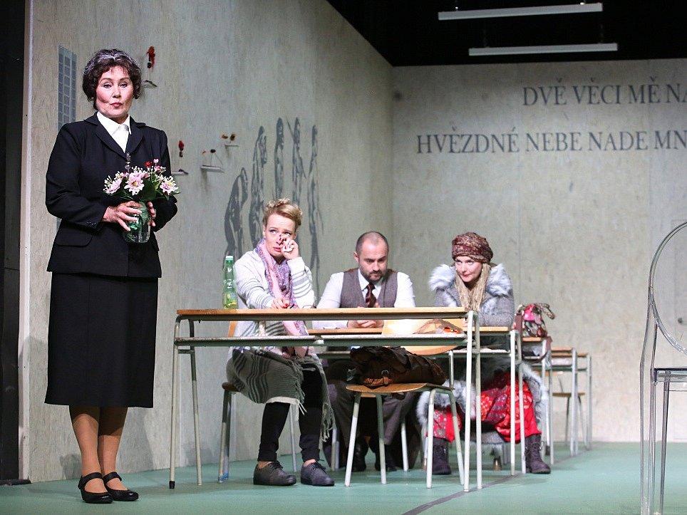 Boj rodičů s třídní učitelkou zachycuje hořká komedie Úča musí pryč!, kterou nově uvádí Jihočeské divadlo. Na snímku vlevo Daniela Bambasová.