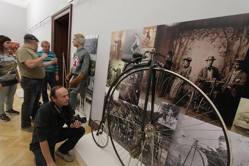 Jihočeské muzeum otevře 28. října novou stálou expozici Příběh města Českých Budějovic. Tři sály zaplní přes tisíc předmětů. Na snímku anglické jízdní kolo z roku 1896.