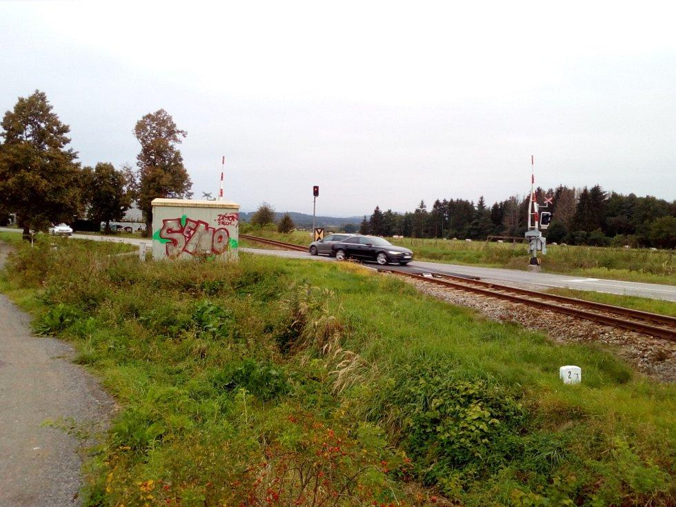 V polích mezi Včelnou a Roudným chce Jihočeský kraj stavět jižní tangentu, která spojí silnici I/3 a budoucí D3 u Roudného. Nejkomplikovanější bude křížení se železnicí.