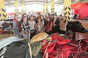 Studentky pomáhaly při zahájení kabelkového veletrhu v Českých Budějovicích v obchodním centru IGY.