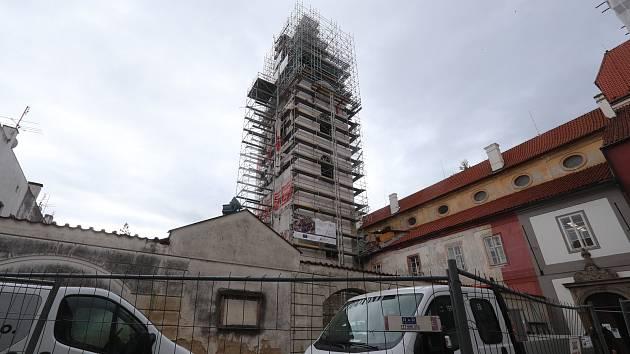 Klášterní kostel v centru Budějovic je skrytý pod lešením.