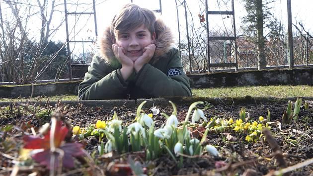 Na snímku ze zahrady Aleny Doležalové u Vrbenských rybníků v Českých Budějovicích je vnuk Jiří Doležal.