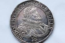 Mince, které se tehdy v českobudějovické královské mincovně razily. Vidět je zájemci mohou v Jihočeském muzeu, kde je k tomu výročí výstava.